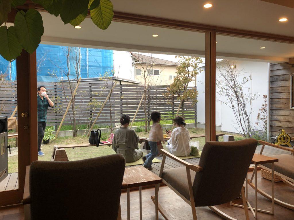 葉山 三角屋根 パンとコーヒー カフェ 庭