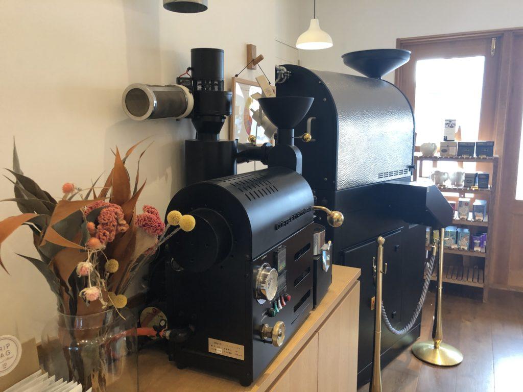 葉山 三角屋根 パンとコーヒー 焙煎機
